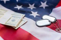 美国国旗、美元金钱和军事徽章 免版税库存图片