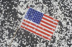 美国国旗和五彩纸屑,自动收报机纸条游行,纽约,纽约 免版税库存照片
