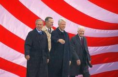 美国国旗和前美国总统比尔・克林顿,乔治・ W.布什,前总统Jimmy Carter和乔治H.在克林顿总统图书馆2004年11月18的开幕式的日W.布什总统照片马赛克在小石城, AK S 比尔・克林顿,乔治W总统总统 布什,前总统吉米・卡特和 库存照片