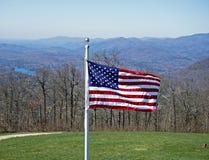 美国国旗和山 库存照片