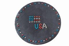 美国国旗和词美国概念7月4日美国独立日 圆的板岩背景 平的位置 顶视图 复制空间 有选择性的fo 库存图片