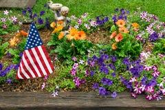 美国国旗在庭院里 免版税库存照片