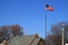 美国国旗在酥脆冬日 库存照片