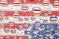 美国国旗在水中投下背景 库存图片