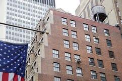 美国国旗有nyc背景 库存图片