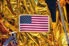 美国国旗特写镜头由后照的美国爱国心垂悬的背景 免版税库存照片