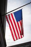 美国国旗特写镜头由后照的美国爱国心垂悬的背景 库存图片
