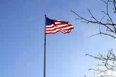 美国国旗飞行和滚滚向前在风 免版税库存图片