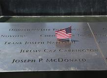 美国国旗离开在全国9月11日纪念品在爆心投影更低曼哈顿 免版税库存照片