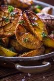 美国土豆 在果皮的被烘烤的土豆 烤土豆用大蒜加香料盐小茴香和草本 库存照片