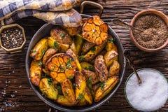 美国土豆 在果皮的被烘烤的土豆 烤土豆用大蒜加香料盐小茴香和草本 免版税库存照片