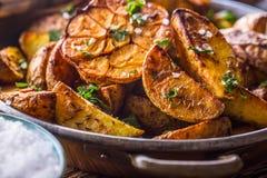 美国土豆 在果皮的被烘烤的土豆 烤土豆用大蒜加香料盐小茴香和草本 免版税库存图片