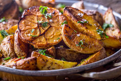 美国土豆 在果皮的被烘烤的土豆 烤土豆用大蒜加香料盐小茴香和草本 免版税图库摄影