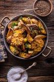 美国土豆 在果皮的被烘烤的土豆 烤土豆用大蒜加香料盐小茴香和草本 图库摄影
