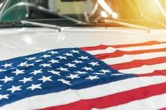 美国在一辆白色汽车的敞篷下垂 库存图片