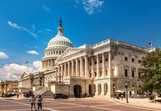 美国在华盛顿特区的国会大厦大厦-著名美国地标的东部门面与游人的 免版税库存照片