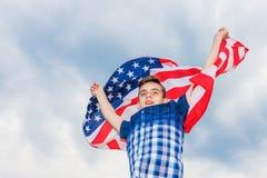 美国在夏天天空的背景中下垂由一个连续人举行 图库摄影