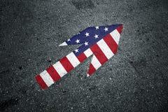 美国在沥青地板上的箭头标志 图库摄影
