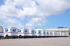 美国在长的行的邮政局卡车 免版税库存图片