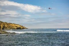 美国在飞行中海岸警备队直升机,在离洛马角的附近海岸  免版税库存图片