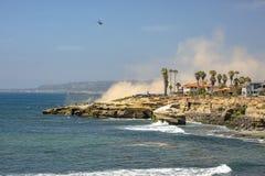 美国在飞行中海岸警备队直升机,洛马角加利福尼亚 免版税库存照片