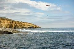 美国在飞行中海岸警备队直升机,洛马角海滩 免版税库存照片