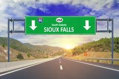 美国城市苏族瀑布在高速公路的路标 库存图片