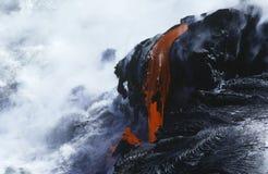 美国夏威夷大岛火山国家公园冷却的熔岩和海浪 库存照片