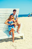 年轻美国夫妇旅行,放松在新的Je的海滩 免版税库存图片