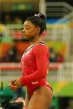 美国奥林匹克冠军西蒙妮胆汁在最后的竞争前的在平衡木妇女` s艺术性的体操里约2016年 库存图片