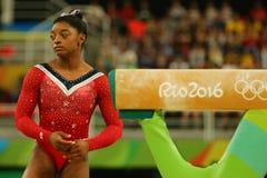 美国奥林匹克冠军西蒙妮胆汁在最后的竞争前的在平衡木妇女` s艺术性的体操里约2016年 库存照片