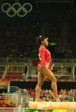 美国奥林匹克冠军西蒙妮胆汁竞争在平衡木妇女` s艺术性的体操的决赛在里约2016年 免版税图库摄影