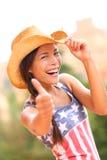 美国女牛仔妇女愉快的激动的赞许 免版税库存照片