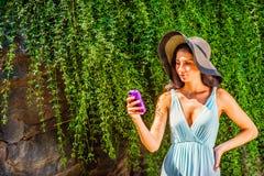年轻美国妇女旅行,发短信在中央公园,新的Yor 库存照片