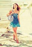 年轻美国妇女旅行,放松在新的Jer的海滩 库存图片