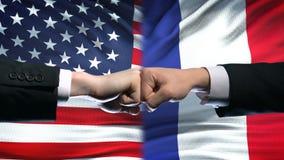 美国对法国冲突,国际关系危机,在旗子背景的拳头 影视素材