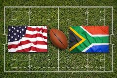 美国对 在橄榄球领域的南非旗子 免版税库存图片