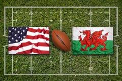 美国对 在橄榄球领域的威尔士旗子 库存照片