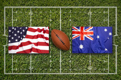 美国对 在橄榄球领域的澳大利亚旗子 库存照片