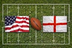 美国对 在橄榄球领域的英国旗子 免版税库存图片