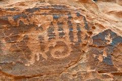 美国峡谷当地刻在岩石上的文字墙壁 库存图片