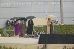 美国希拉里・克林顿, D- NY参议员在与美国前第一夫人劳拉布什和前第一个夫人巴巴拉・布什和Rosalind卡特的阶段走在克林顿总统图书馆期间2004年11月18的正式开幕式日在小石城, AK 希拉里・克林顿, D- NY在与U的阶段走 S 前第一夫人劳拉・ 免版税库存图片