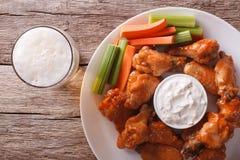美国快餐:油炸鸡翅和啤酒特写镜头水平 免版税库存图片