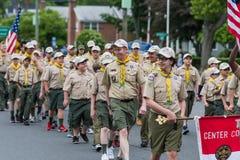 美国成员穿制服的童子军在形成走 免版税图库摄影