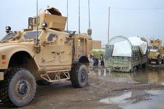 美国战士帮助一名阿富汗卡车司机 免版税库存照片