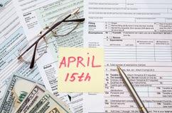 美国报税表1040,计算器、笔和美元 免版税图库摄影