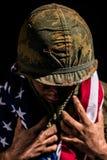美国拿着美国国旗的海洋越战 免版税库存照片