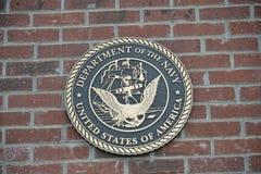 美国挑战硬币的海军在砖的 库存照片
