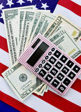 美国提供经费给并且收税概念与旗子 免版税库存照片