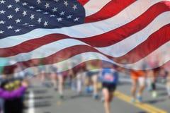 美国旗子和马拉松运动员 免版税库存图片